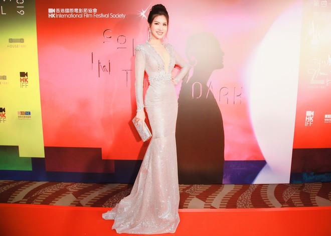 Hoa hậu đang là tiếp viên hàng không VN gợi cảm, đi chung thảm đỏ với Quách Phú Thành - Ảnh 3.