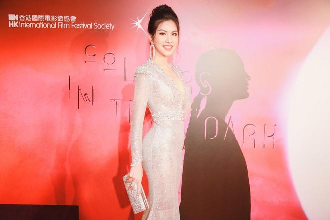 Hoa hậu đang là tiếp viên hàng không VN gợi cảm, đi chung thảm đỏ với Quách Phú Thành - Ảnh 4.