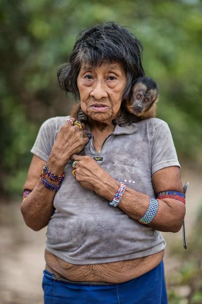 Câu chuyện xúc động và sự thật tàn khốc ít ai biết về em bé 11 tuổi mồ côi sống cùng chú khỉ con trong rừng sâu - Ảnh 3.