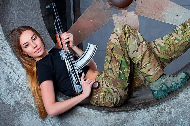 Ảnh: Súng AK uy lực bên các phụ nữ đẹp gợi cảm - Ảnh 1.
