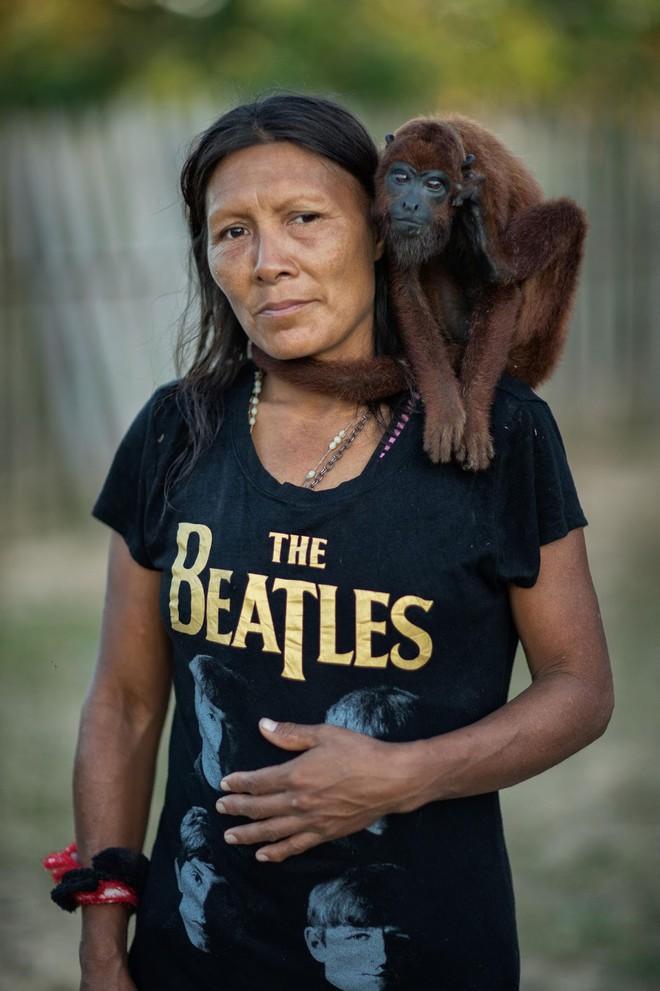 Câu chuyện xúc động và sự thật tàn khốc ít ai biết về em bé 11 tuổi mồ côi sống cùng chú khỉ con trong rừng sâu - Ảnh 4.