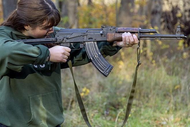 Ảnh: Súng AK uy lực bên các phụ nữ đẹp gợi cảm - Ảnh 3.