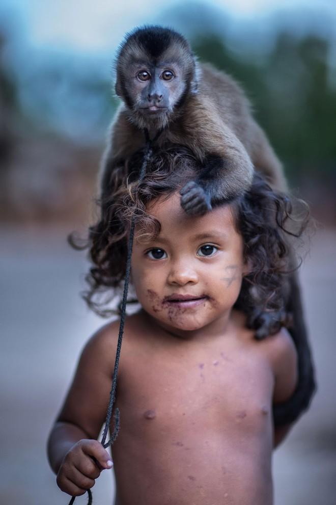 Câu chuyện xúc động và sự thật tàn khốc ít ai biết về em bé 11 tuổi mồ côi sống cùng chú khỉ con trong rừng sâu - Ảnh 6.