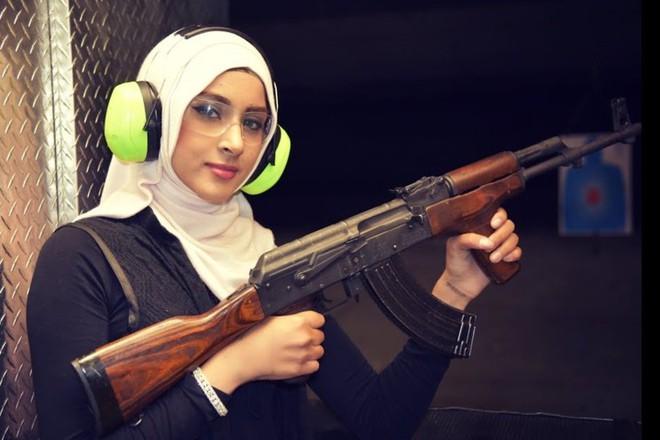 Ảnh: Súng AK uy lực bên các phụ nữ đẹp gợi cảm - Ảnh 6.