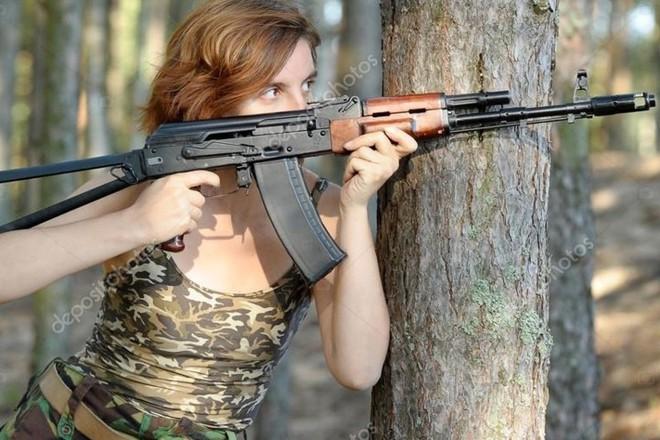 Ảnh: Súng AK uy lực bên các phụ nữ đẹp gợi cảm - Ảnh 10.
