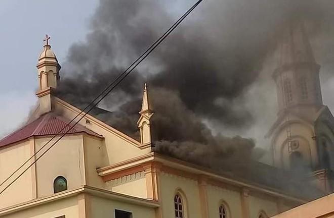 Cháy lớn ở nhà thờ, thiêu rụi nhiều tài sản bên trong - Ảnh 5.
