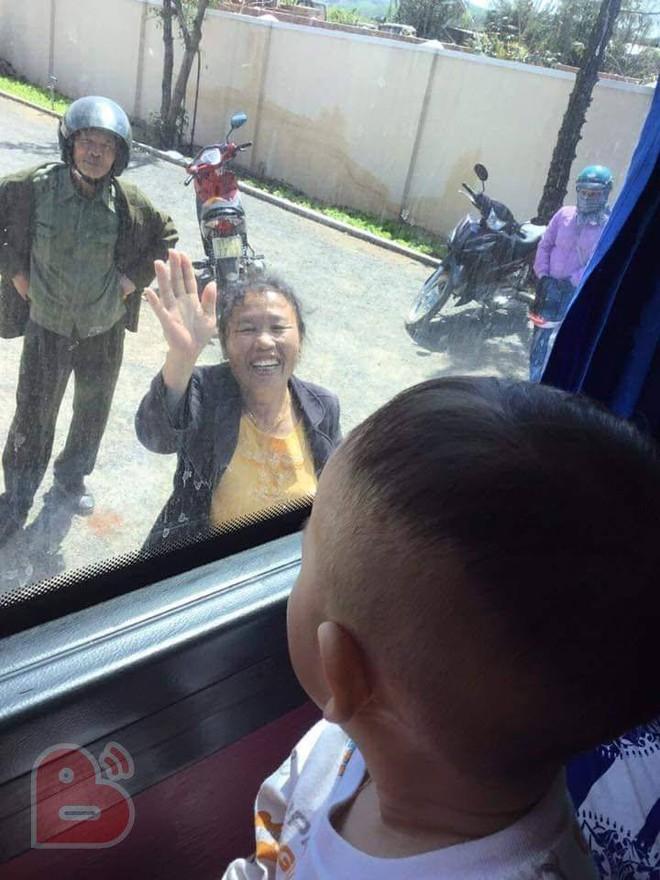 Cảnh ông bà ngước lên ô tô, vẫy tay tiễn cháu và con gái lên thành phố gây xúc động - Ảnh 1.