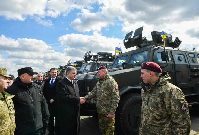 Trước thềm bầu cử: Ukraine nhận lô khí tài khủng, TT Poroshenko thề giành lại Donbass, Crimea - Ảnh 1.