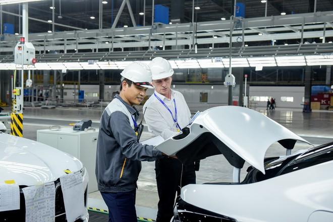 Lộ ảnh xe VinFast lên máy bay 5 sao, ra nước ngoài tham gia thử nghiệm quốc tế - Ảnh 2.