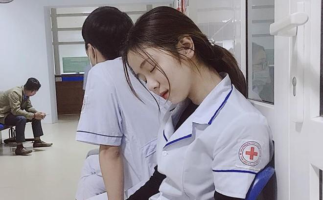 """Nữ điều dưỡng Việt Nam ngủ gật xuất hiện trên báo Hàn Quốc: """"Công chúa trong bệnh viện"""""""