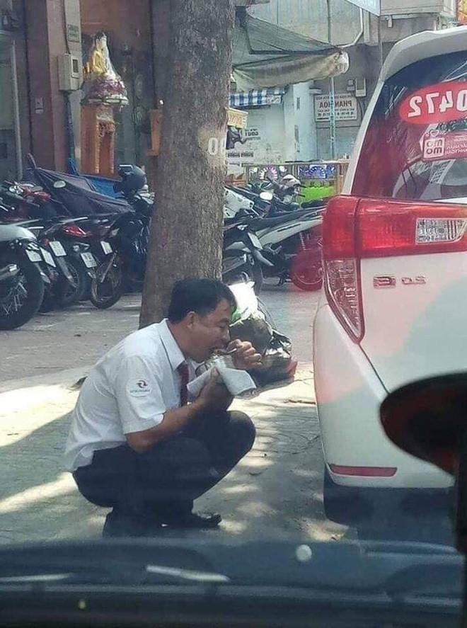 Hình ảnh người tài xế taxi ăn vội gói xôi bên vệ đường khiến dân mạng xót xa - Ảnh 2.