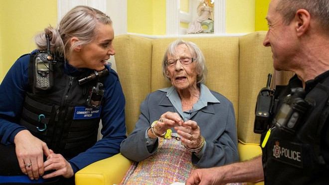 Lạ đời chuyện cụ bà 104 tuổi khao khát ngồi tù - Ảnh 1.