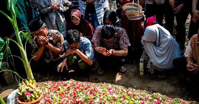 Máy bay Indonesia lao xuống biển: Người nhà nạn nhân đang bị Lion Air dùng mánh khóe đối phó? - Ảnh 1.