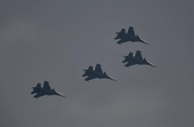 Tiêm kích Su-30SM dũng mãnh hạ cánh tại sân bay Nội Bài - Bung dù đẹp tuyệt vời - Ảnh 4.