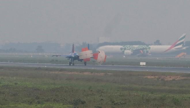 Tiêm kích Su-30SM dũng mãnh hạ cánh tại sân bay Nội Bài - Bung dù đẹp tuyệt vời - Ảnh 7.