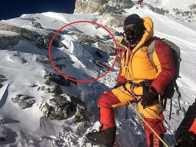Biến đổi khí hậu đã hé lộ sự thật rợn người ngay trên ngọn núi Everest - Ảnh 2.