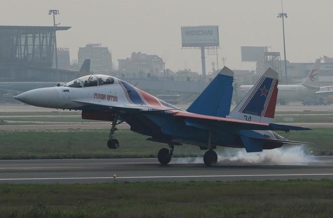 Tiêm kích Su-30SM dũng mãnh hạ cánh tại sân bay Nội Bài - Bung dù đẹp tuyệt vời - Ảnh 6.