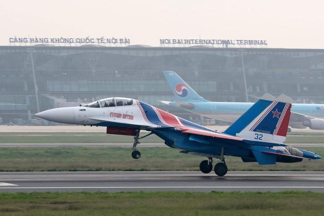 Tiêm kích Su-30SM dũng mãnh hạ cánh tại sân bay Nội Bài - Bung dù đẹp tuyệt vời - Ảnh 8.