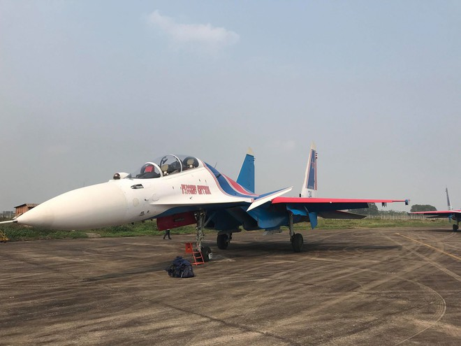 Tiêm kích Su-30SM dũng mãnh hạ cánh tại sân bay Nội Bài - Bung dù đẹp tuyệt vời - Ảnh 9.