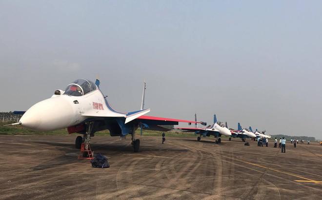 Tiêm kích Su-30SM dũng mãnh hạ cánh tại sân bay Nội Bài - Bung dù đẹp tuyệt vời