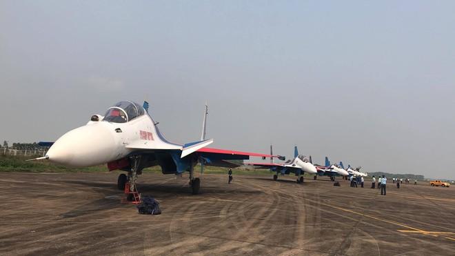 Tiêm kích Su-30SM dũng mãnh hạ cánh tại sân bay Nội Bài - Bung dù đẹp tuyệt vời - Ảnh 10.