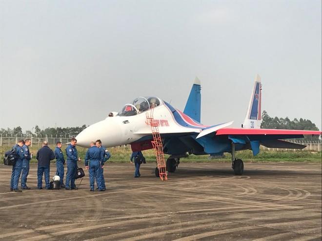 Tiêm kích Su-30SM dũng mãnh hạ cánh tại sân bay Nội Bài - Bung dù đẹp tuyệt vời - Ảnh 11.