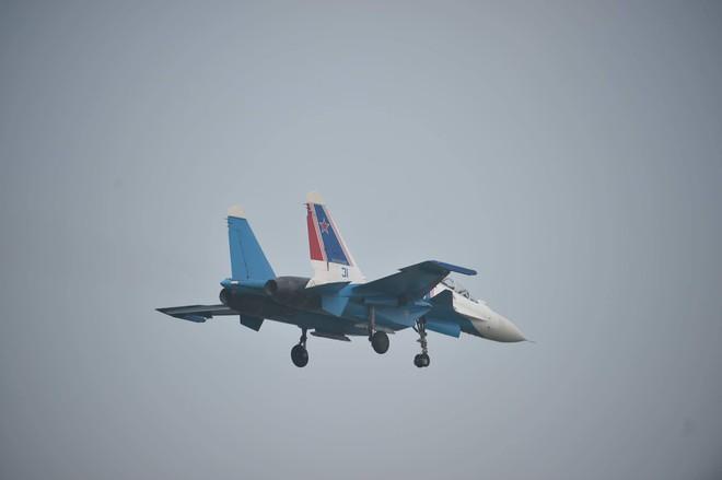 Tiêm kích Su-30SM dũng mãnh hạ cánh tại sân bay Nội Bài - Bung dù đẹp tuyệt vời - Ảnh 12.