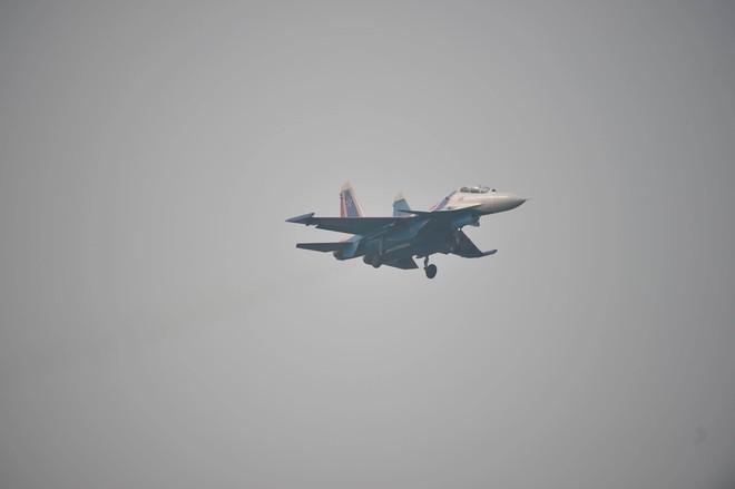Tiêm kích Su-30SM dũng mãnh hạ cánh tại sân bay Nội Bài - Bung dù đẹp tuyệt vời - Ảnh 13.