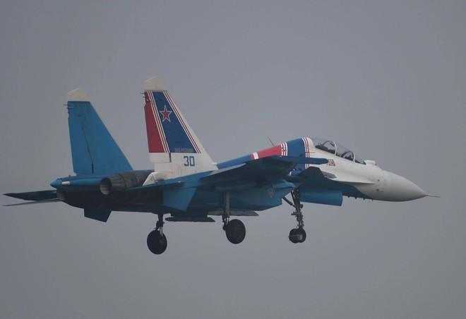 Tiêm kích Su-30SM dũng mãnh hạ cánh tại sân bay Nội Bài - Bung dù đẹp tuyệt vời - Ảnh 14.