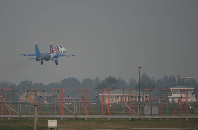Tiêm kích Su-30SM dũng mãnh hạ cánh tại sân bay Nội Bài - Bung dù đẹp tuyệt vời - Ảnh 15.