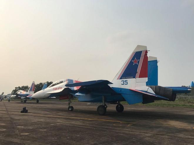 Tiêm kích Su-30SM dũng mãnh hạ cánh tại sân bay Nội Bài - Bung dù đẹp tuyệt vời - Ảnh 16.