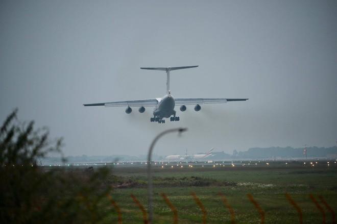Tiêm kích Su-30SM dũng mãnh hạ cánh tại sân bay Nội Bài - Bung dù đẹp tuyệt vời - Ảnh 18.