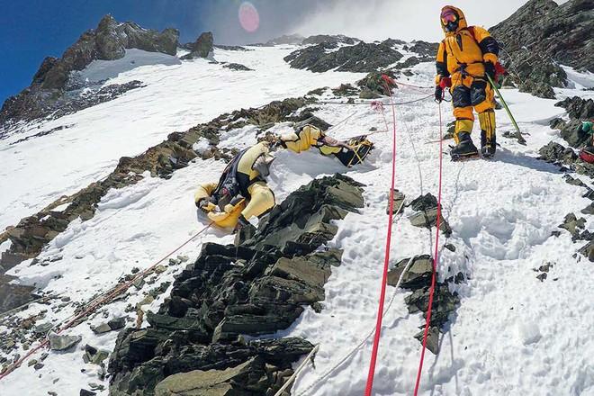 Biến đổi khí hậu đã hé lộ sự thật rợn người ngay trên ngọn núi Everest - Ảnh 4.