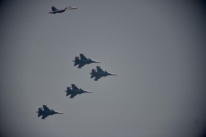 Tiêm kích Su-30SM dũng mãnh hạ cánh tại sân bay Nội Bài - Bung dù đẹp tuyệt vời - Ảnh 3.