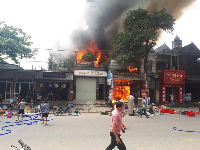 Nhiều nhà dân bốc cháy, người dân ném chai nước khoáng vào dập lửa - Ảnh 1.