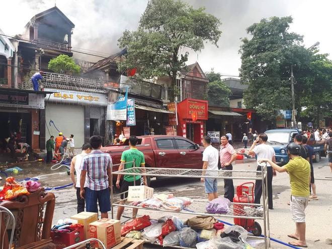 Nhiều nhà dân bốc cháy, người dân ném chai nước khoáng vào dập lửa - Ảnh 2.