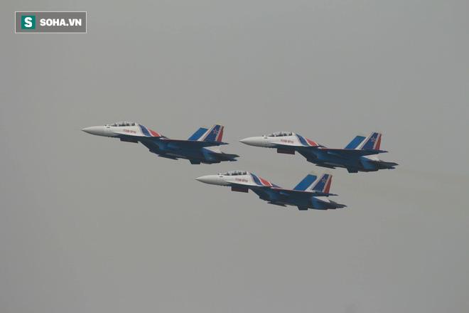 Độc nhất, chưa từng có: Cả 5 tiêm kích Su-30SM cất cánh cùng lúc từ sân bay Nội Bài - Ảnh 10.