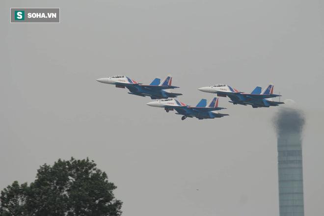 Độc nhất, chưa từng có: Cả 5 tiêm kích Su-30SM cất cánh cùng lúc từ sân bay Nội Bài - Ảnh 11.