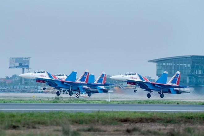 Độc nhất, chưa từng có: Cả 5 tiêm kích Su-30SM cất cánh cùng lúc từ sân bay Nội Bài - Ảnh 6.