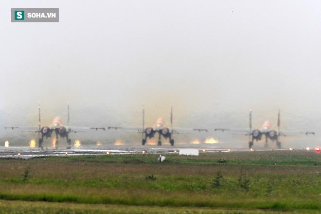 Độc nhất, chưa từng có: Cả 5 tiêm kích Su-30SM cất cánh cùng lúc từ sân bay Nội Bài - Ảnh 5.