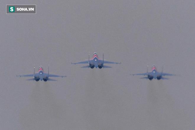 Độc nhất, chưa từng có: Cả 5 tiêm kích Su-30SM cất cánh cùng lúc từ sân bay Nội Bài - Ảnh 7.