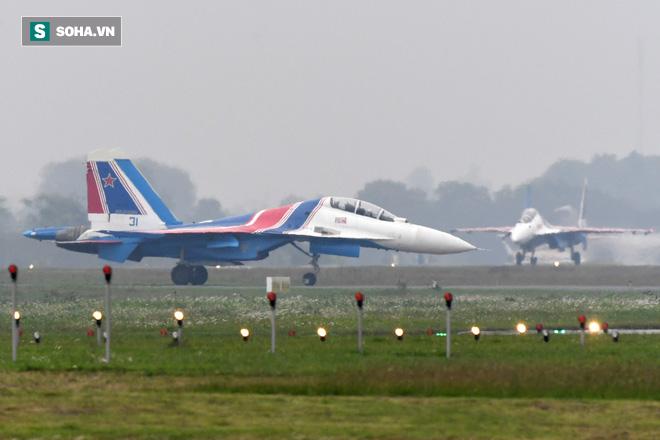 Độc nhất, chưa từng có: Cả 5 tiêm kích Su-30SM cất cánh cùng lúc từ sân bay Nội Bài - Ảnh 1.