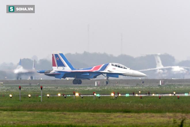 Độc nhất, chưa từng có: Cả 5 tiêm kích Su-30SM cất cánh cùng lúc từ sân bay Nội Bài - Ảnh 13.