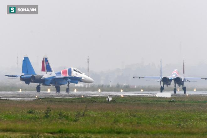 Độc nhất, chưa từng có: Cả 5 tiêm kích Su-30SM cất cánh cùng lúc từ sân bay Nội Bài - Ảnh 2.
