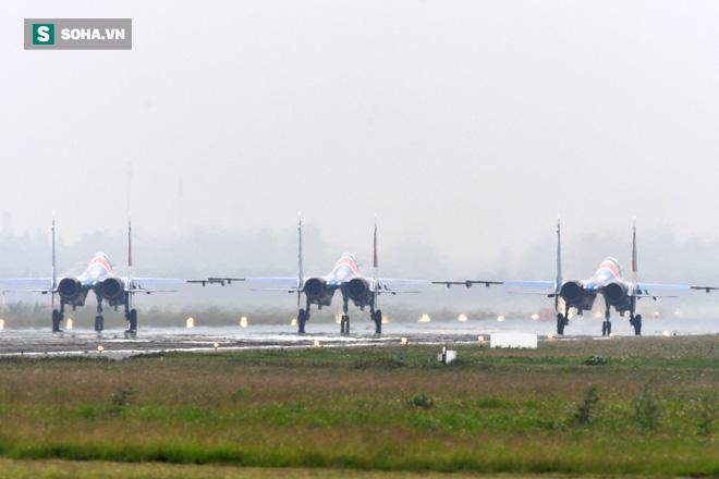 Độc nhất, chưa từng có: Cả 5 tiêm kích Su-30SM cất cánh cùng lúc từ sân bay Nội Bài - Ảnh 4.