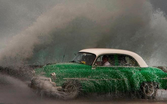 7 ngày qua ảnh: Con sóng khổng lồ ập vào bờ biển thủ đô Cuba