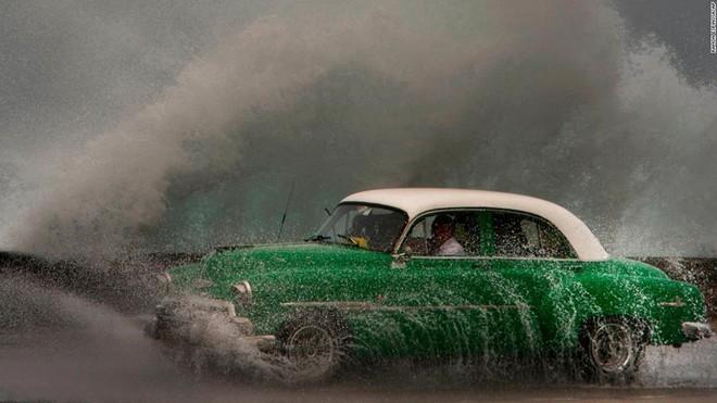 7 ngày qua ảnh: Con sóng khổng lồ ập vào bờ biển thủ đô Cuba - Ảnh 3.
