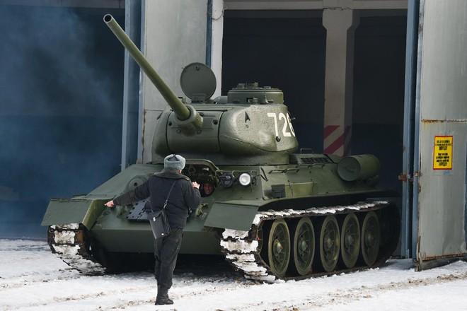 Xe tăng T-34-85 Lào vừa bàn giao chính thức hoạt động tại sư đoàn cận vệ chủ lực của Nga - Ảnh 6.