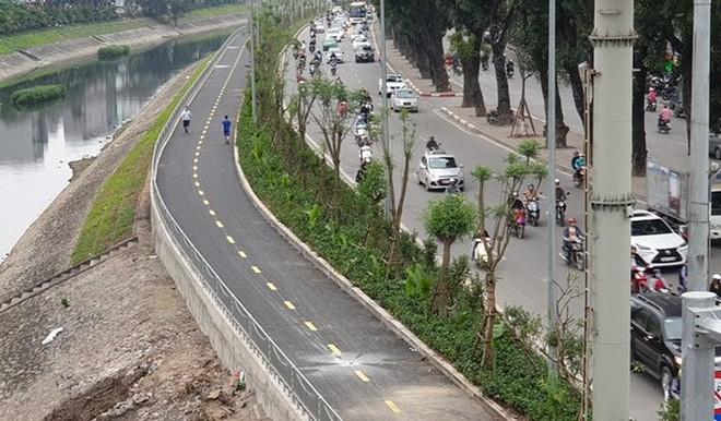 Lắp rào chắn ngăn xe máy đi vào làn đường dành riêng cho người đi bộ ven sông Tô Lịch - Ảnh 1.