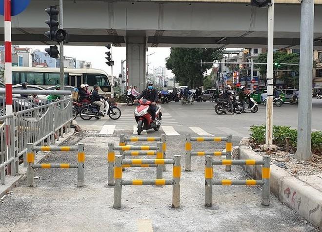 Lắp rào chắn ngăn xe máy đi vào làn đường dành riêng cho người đi bộ ven sông Tô Lịch - Ảnh 2.